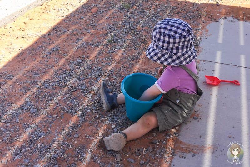 Spielen im Sand auf dem Atlatl Rock Campground
