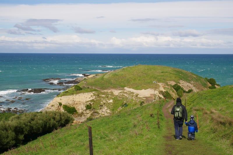 Eine Mutter wandert in Neuseeland mit Kind