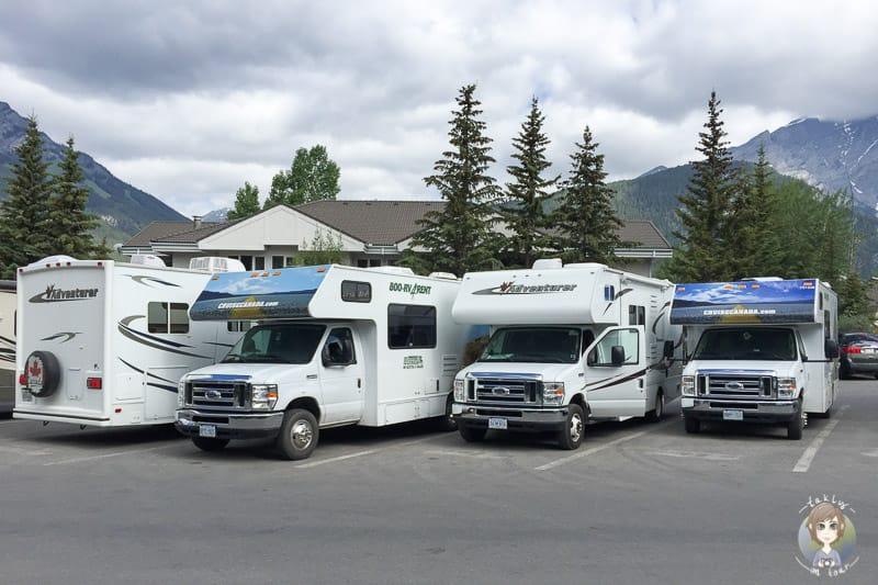 Camper auf einem Parkplatz in Banff