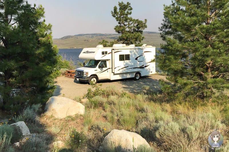 Platz am See mit einem Camper auf einer Wohnmobilreise in Kanada