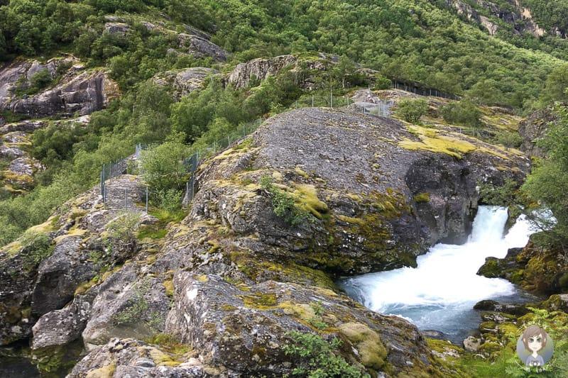 Fluss mit dem Schmelzwasser vom Briksdalsbreen