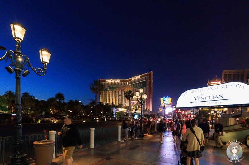 Spaziergang mit Kinderwagen über den Strip in Las Vegas