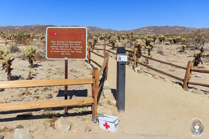 Erste Hilfe Kasten am Cholla Cactus Trail im Joshua Tree National Park