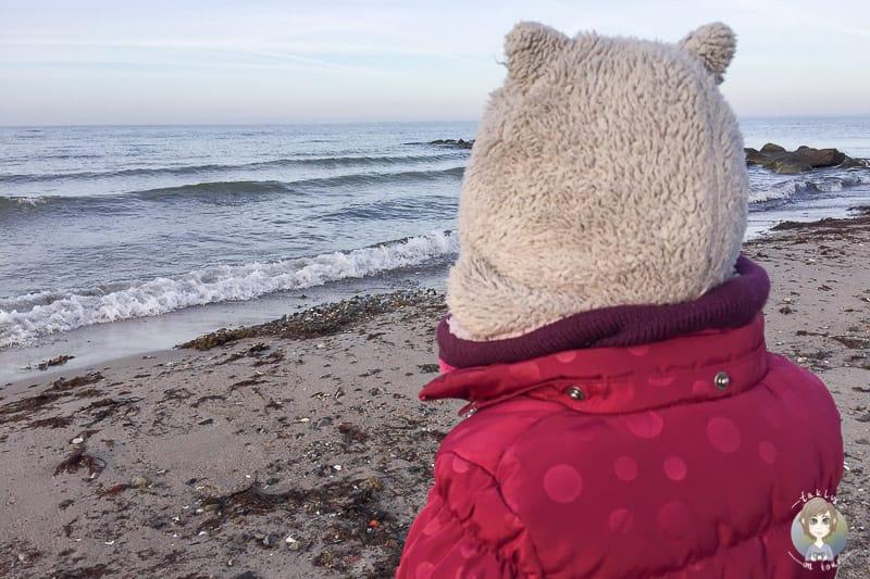Ein Kind im Urlaub in Heiligenhafen im Winter