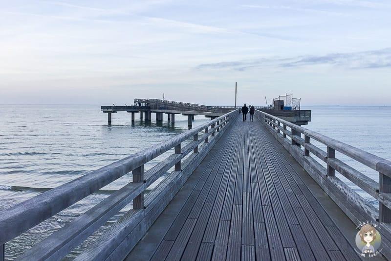 Spaziergang über die Seebrücke beim Urlaub in Heiligenhafen im Winter