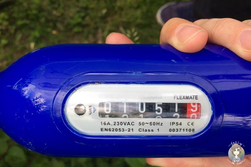Ein Stromzähler auf einem Campingplatz berechnet dem Stromverbrauch im Wohnmobil