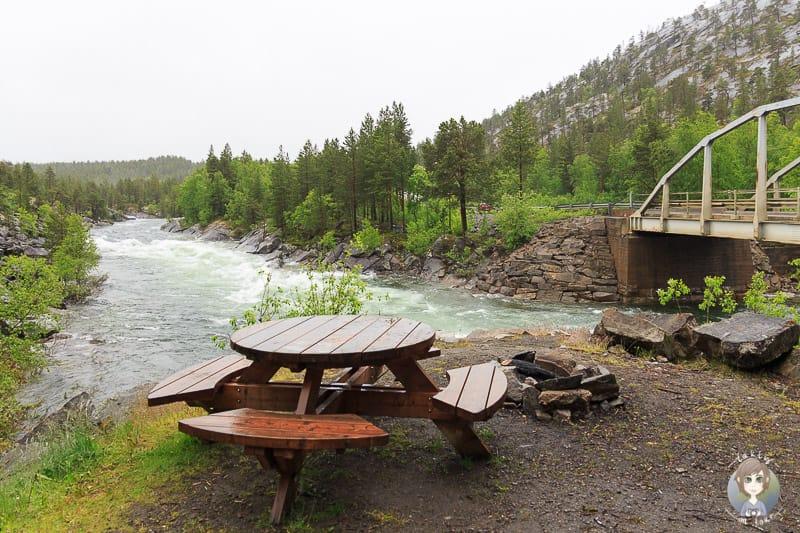 Eine Sitzbank an einem Fluss beim Camping mit Kindern