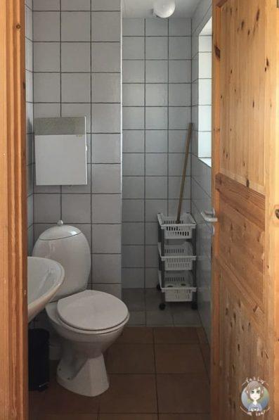 Badezimmer einer Campinghütte in Dänemark