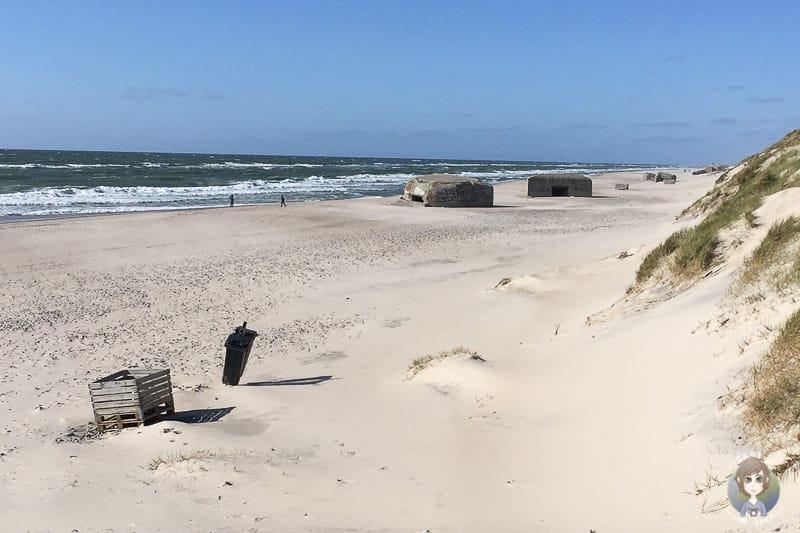 Blick auf ein paar Bunker am Sondervig Strand