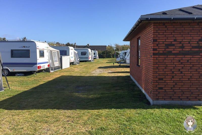 Wohnwagen und Campinghütte auf dem Sondervig Camping