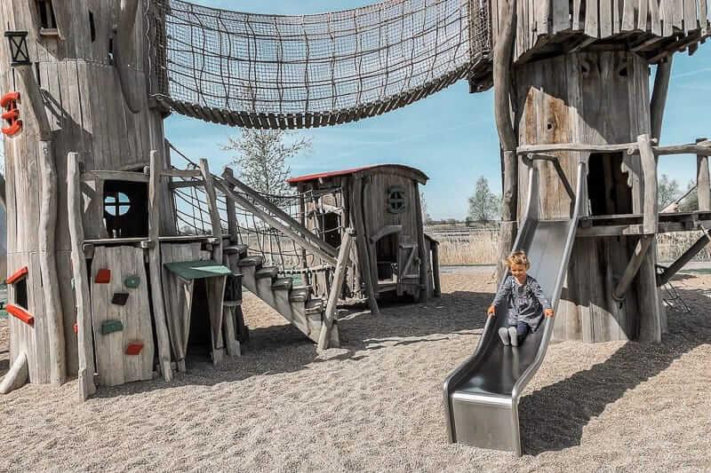Alleine Reisen mit Kind und die Aktivitäten auf einem Spielplatz
