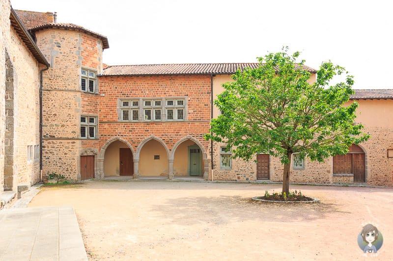 Kirchenhof vom Priorat in Pommiers