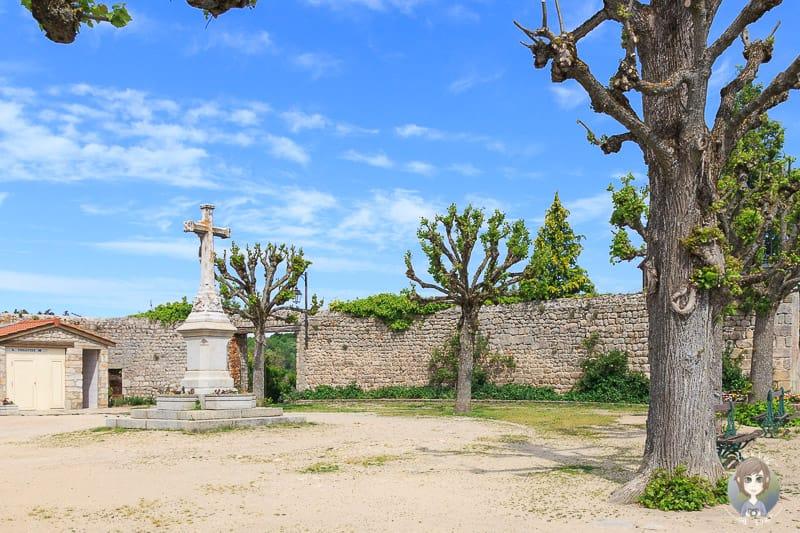 Kirchenplatz Saint-Bonnet-le-Chateau in Frankreich