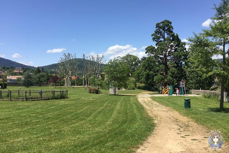 Ein Park und Spielplatz in Pelussin