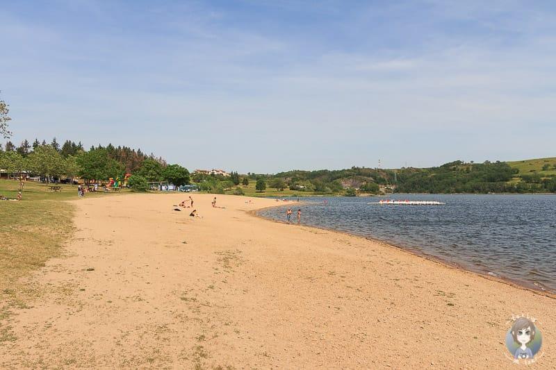 Strand am Lac de Villerest in Frankreich