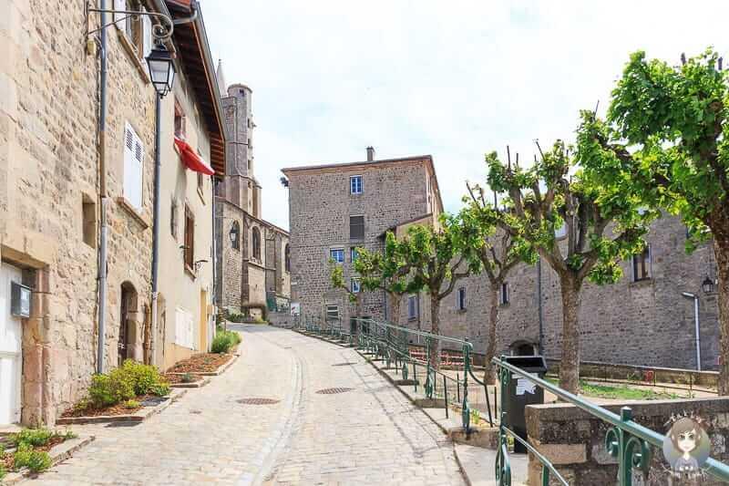 Weg zur Kirche in Saint-Bonnet-le-Chateau