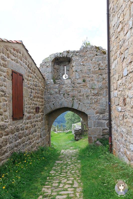 historische Steinbauten in Montarcher in Frankreich