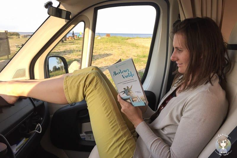 Beim Lesen vom Abenteuer Vanlife Buch