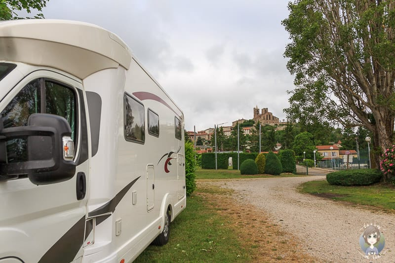 Wohnmobil auf einem Campingplatz in Saint-Bonnet-le-Chateau Frankreich