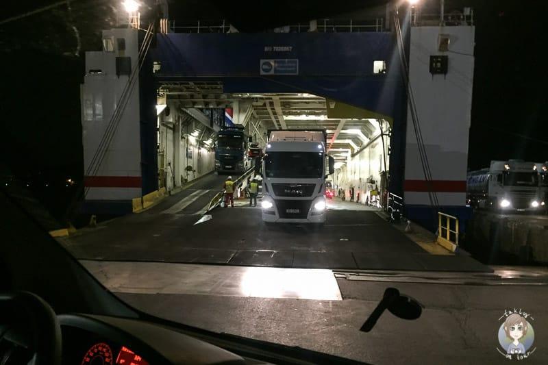 Ausfahrt rückwärts von der Fähre im Baltikum
