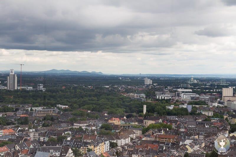 Blick bis auf das Siebengebirge vom LVR Turm Kölns Sehenswürdigkeit
