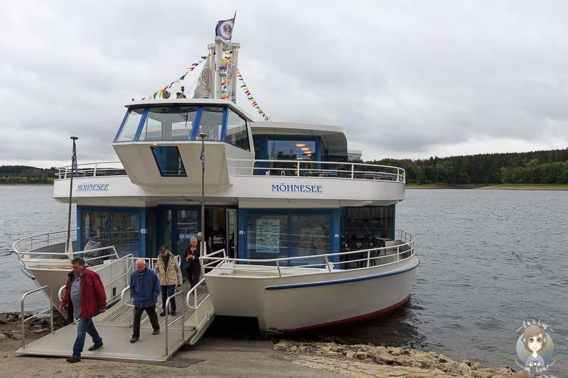 Schifffahrt auf dem Möhnesee an der Staumauer