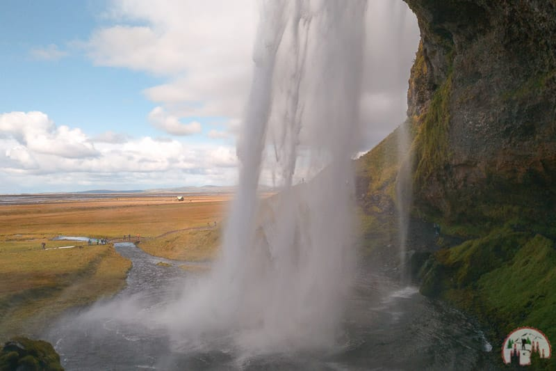 Hinter dem Seljalandsfoss Wasserfall am Golden Circle in Island