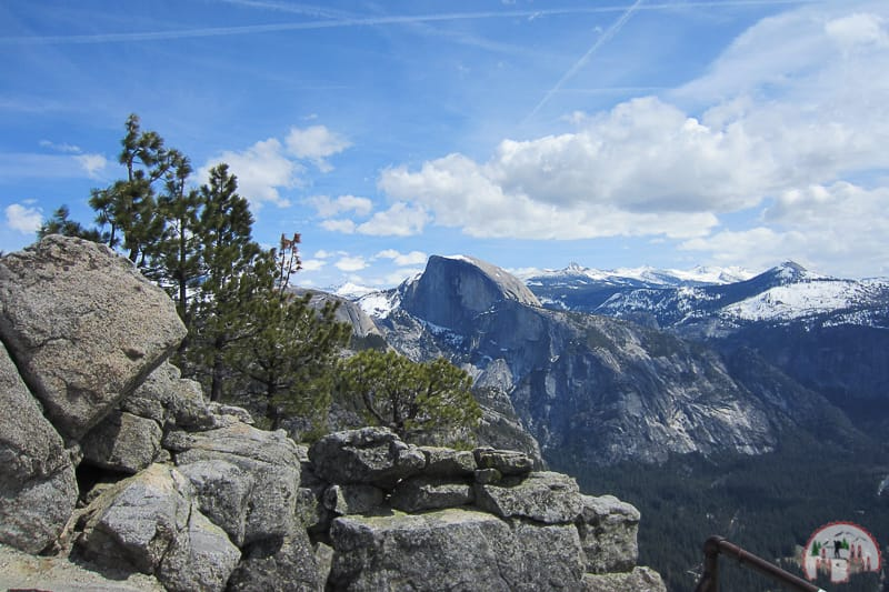 Blick auf den Half Dome vom Yosemite Point im Nationalpark in Kalifornien