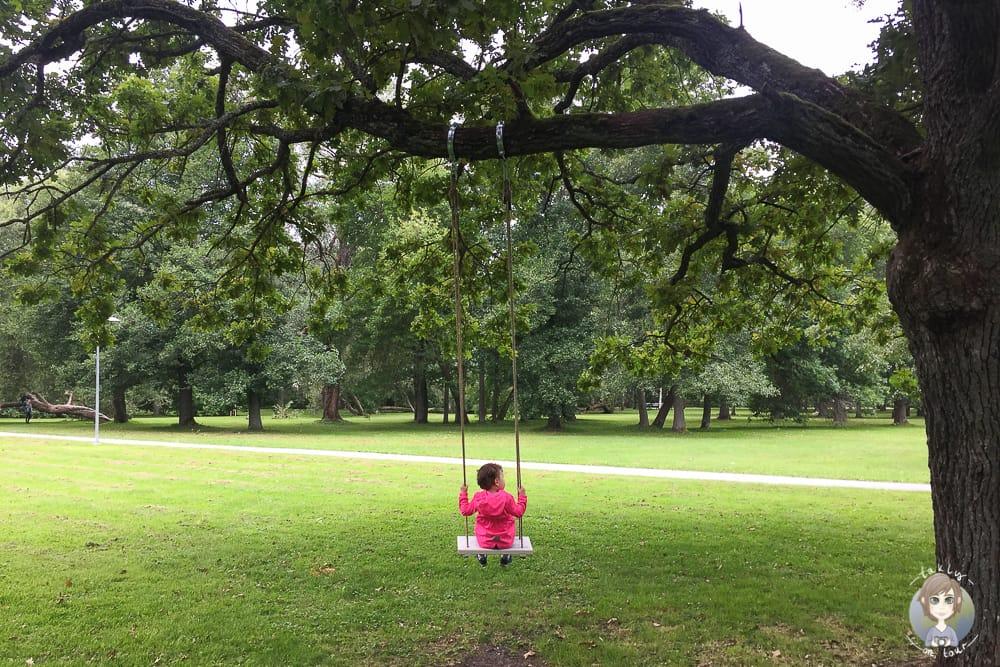 Schaukel im Stadtpark von Pärnu im Baltikum mit Kind